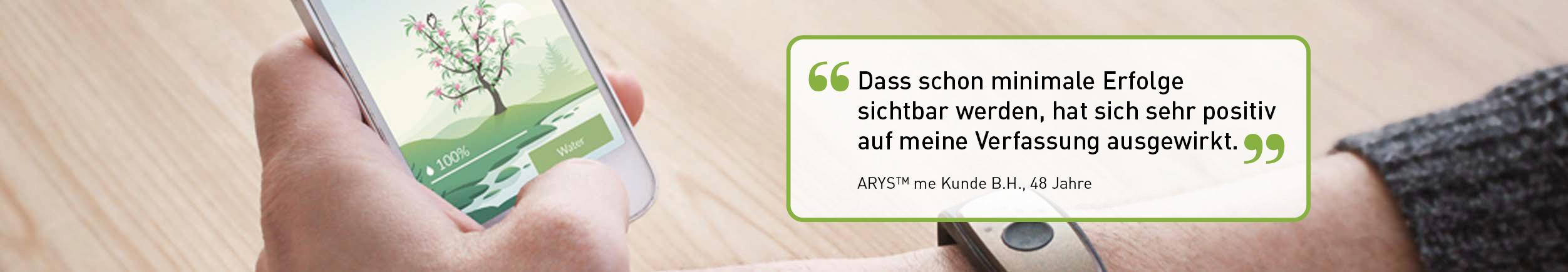 Hand trägt das Arys me Armband, Heimtrainer mit App am Handy